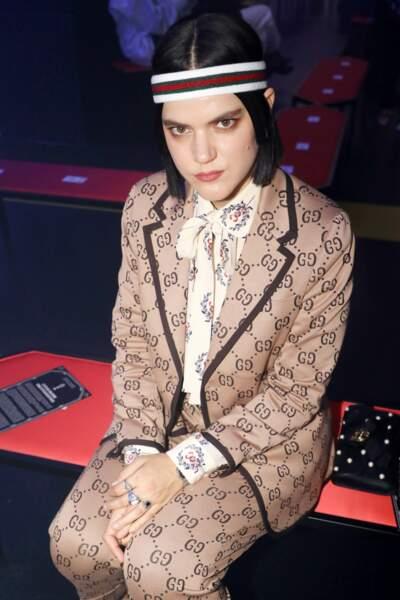 Soko, en total look Gucci, dans son tailleur pantalon estampillé du logo de Gucci