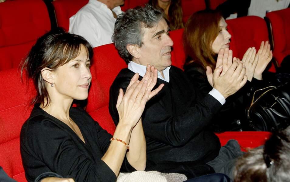 Sophie Marceau et Isabelle Huppert entourent Ronald Chammah, le compagnon de cette dernière