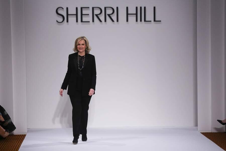 La créatrice Sherri Hill à la fin de son défilé pendant la fashion week de New York