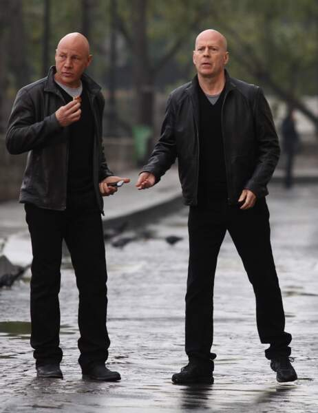 Bruce Willis et sa doublure dans Red 2