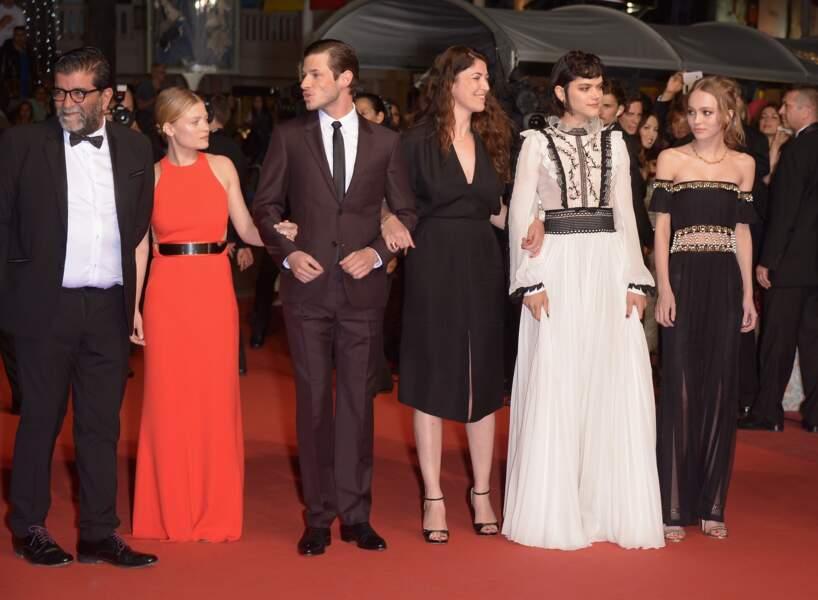 """Toute l'équipe du film """"la danseuse"""" prend la pose sur le tapis rouge"""