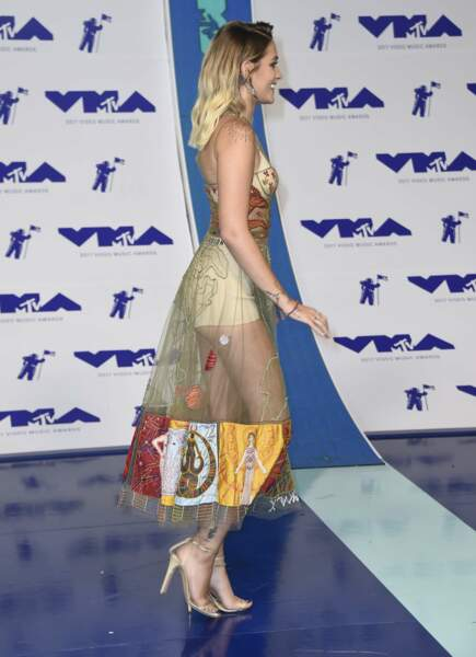 Tenue transparente et culotte apparente : Paris Jackson