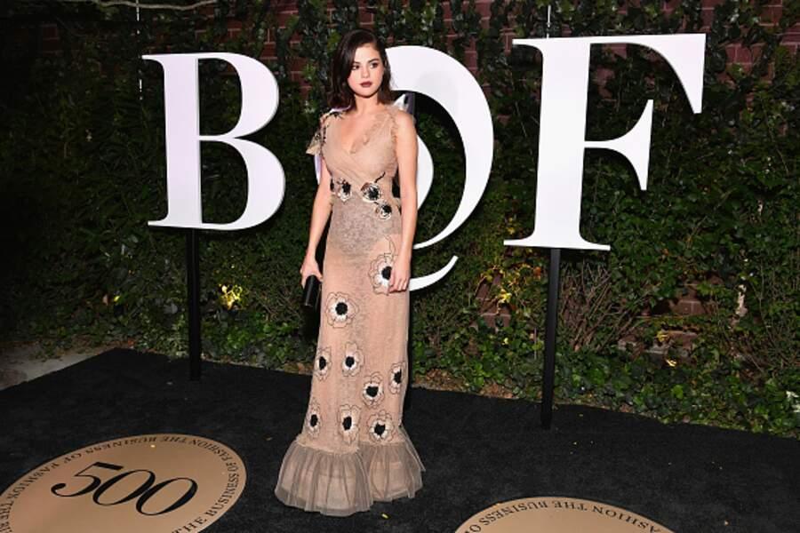 Don'ts : Selena Gomez au Gala Bof dans une robe nude où on l'on peut voir sa culotte noire