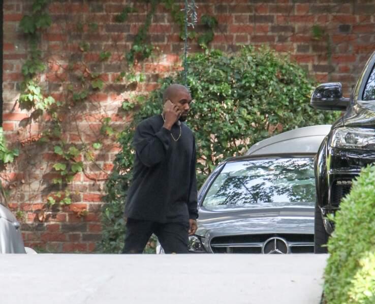 Et pendant que Kim Kardashian courait partout, Kanye West lui...
