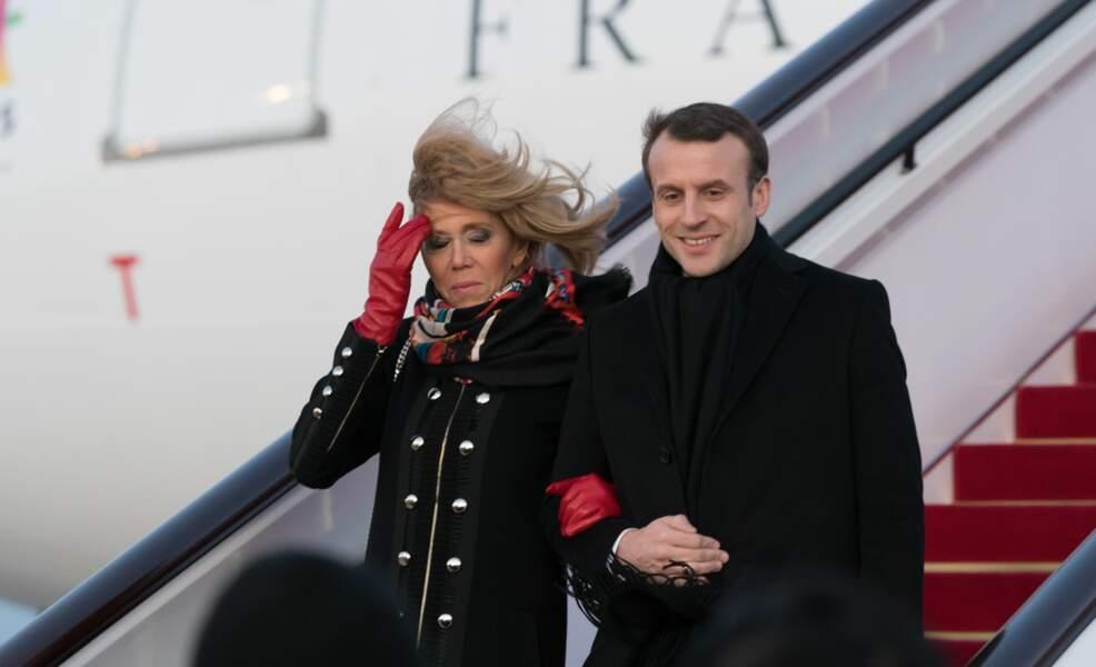 Emmanuel Macron et Brigitte Macron à la sortie de l'avion à Pékin (avec beaucoup de vent)