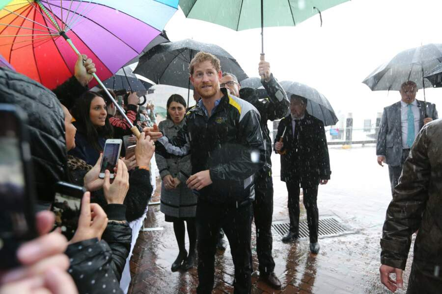 Le prince Harry rend visite à ses fans sous une pluie battante à Sydney