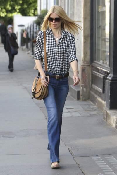 Claudia Schiffer, parfaite en blouse vichy pour un look aux accents 70's