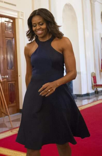 """Michelle Obama en petite robe noire, bon point pour l'encolure """"ras du cou"""""""