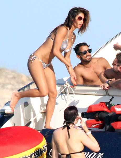 Dans son joli bikini rayé, la chanteuse est à croquer !