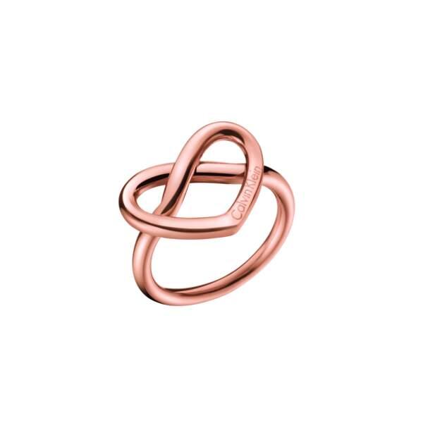 Bague. En acier inoxydable poli avec revêtement en PVD rose, 59€, Calvin Klein.