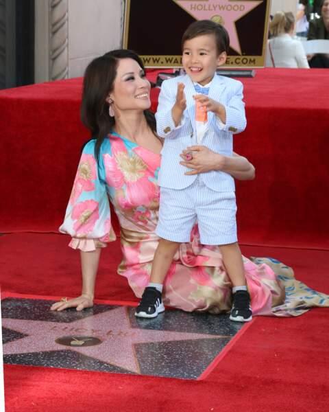 Lucy Liu et son fils Rockwell Lloyd sur Hollywood Boulevard