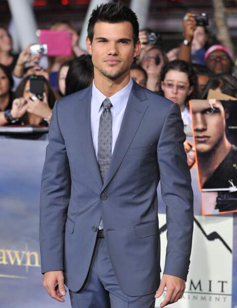 Taylor Lautner en costume gris