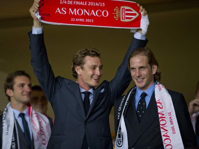 Il brandit fièrement son écharpe aux couleurs de Monaco
