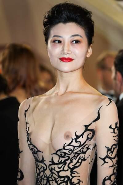Festival de Cannes : une invitée pose seins nus à l'avant-première de Leto