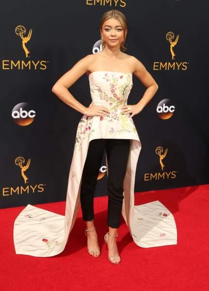 Emmy Awards 2016 : Sarah Hyland (Modern Family) en robe-pantalon et traînes latérales (on ne valide pas)