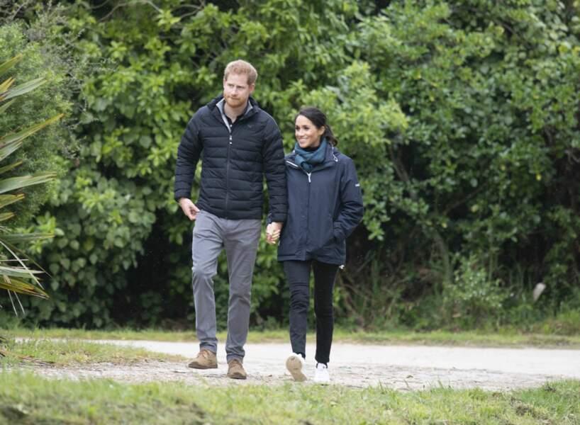 Meghan Markle et le prince Harry complices lors de leur visite du Parc national Abel Tasman en Nouvelle-Zélande