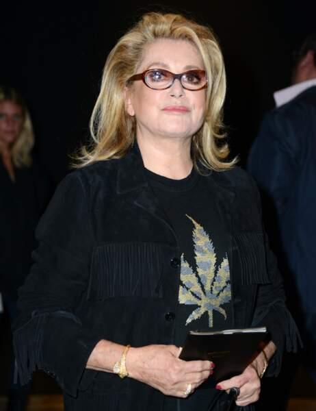Catherine Deneuve et son t-shirt feuille de cannabis !
