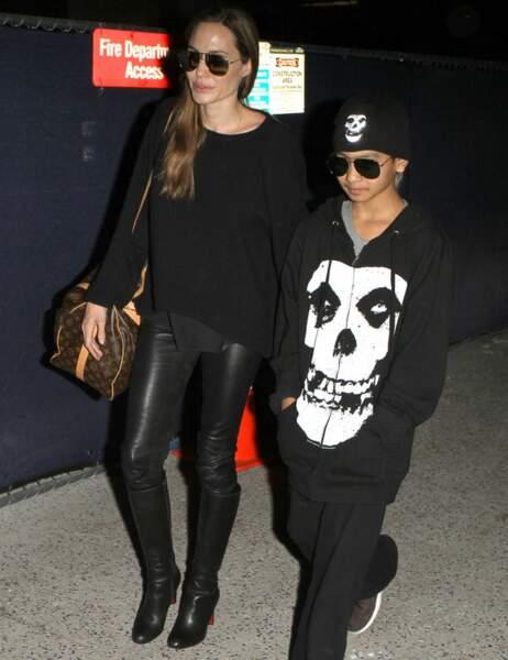 Look total black et pilotes sur le nez pour Angelina Jolie et Maddox