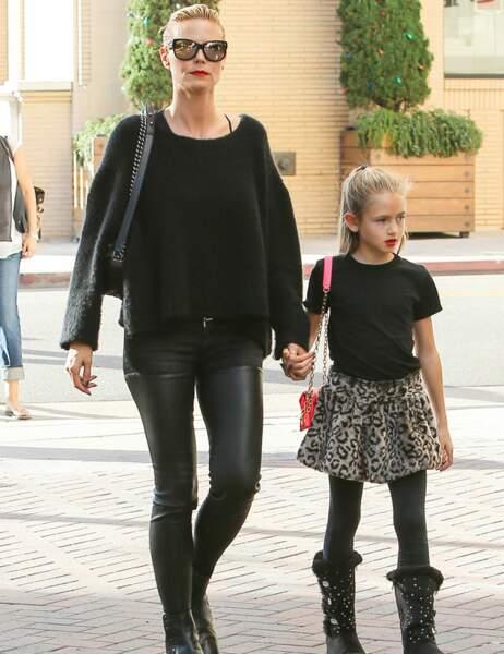 Leni est déjà le parfait clone d'Heidi Klum : cheveux tirés, bouche rouge,sac à main et le port altier du mannequin