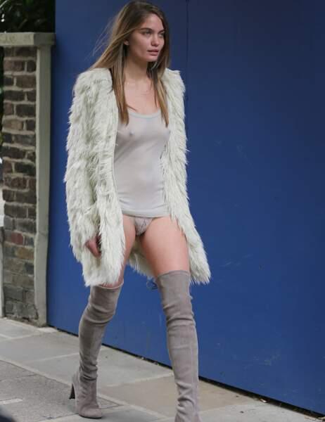 Et la jeune femme continue, la culotte un peu plus apparente
