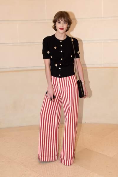 Mathilde Warnier charmante en pantalon rayé chez Chanel