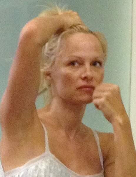 Pamela Anderson méconnaissable dans un restaurant
