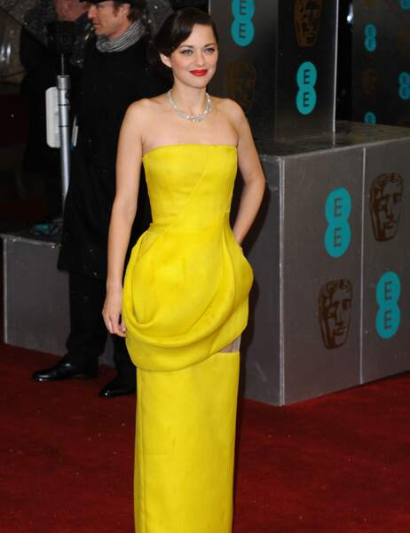Marion Cotillard ravissante en jaune poussin dans sa robe Dior