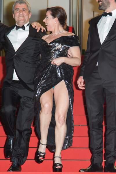 Jusqu'à l'accident ! Il fallait s'y attendre, Laure a montré sa culotte... turquoise