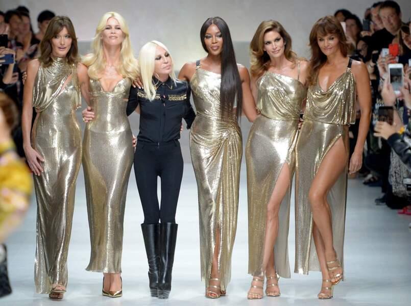Carla Bruni sur le podium aux côtés d'autres mannequins vedettes pour Versace