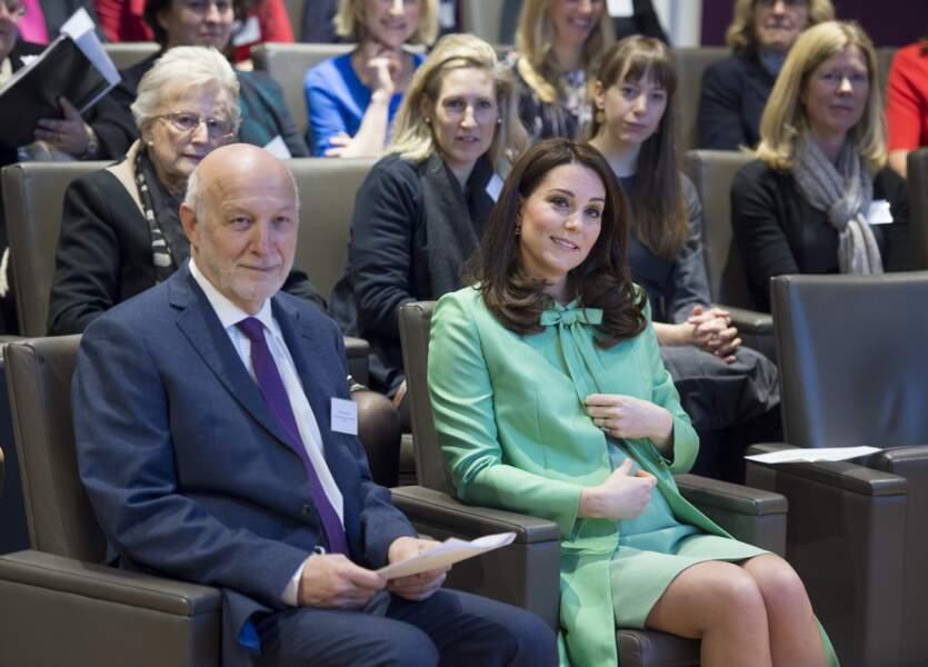 Kate Middleton enceinte en robe Jenny Packham, à un symposium sur les maladies mentales, à Londres, le 21 mars