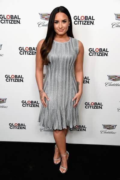 Do : Demi Lovato et sa robe argenté