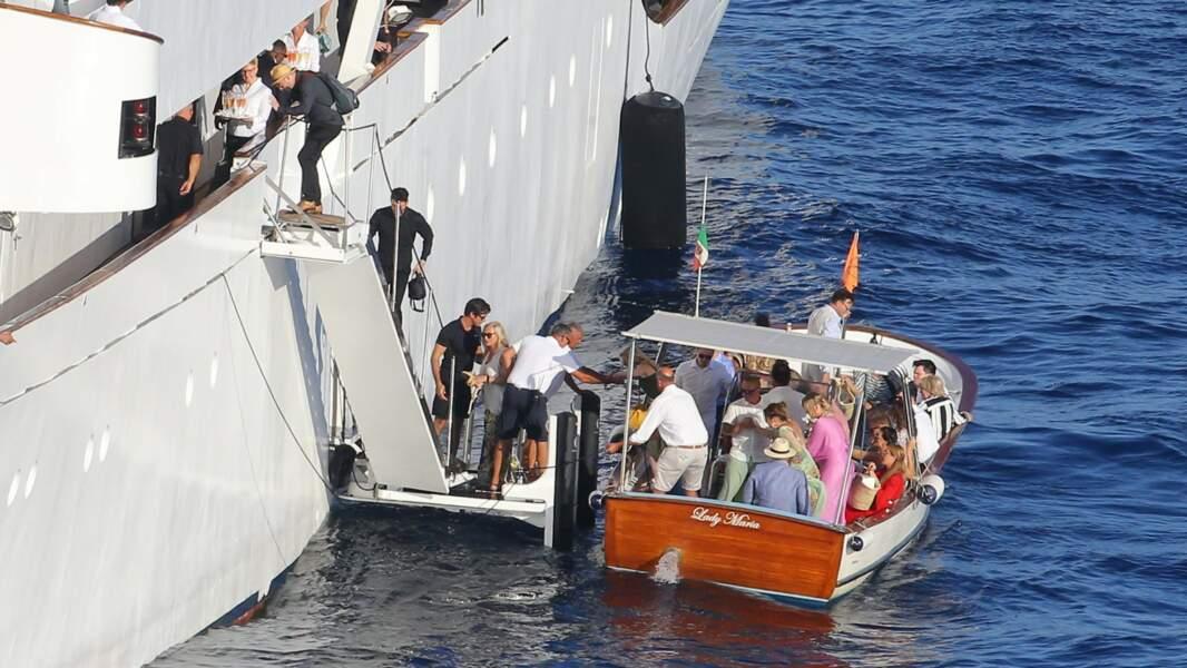 Les invités arrivant à bord du bateau  (© BS / Bestimage)