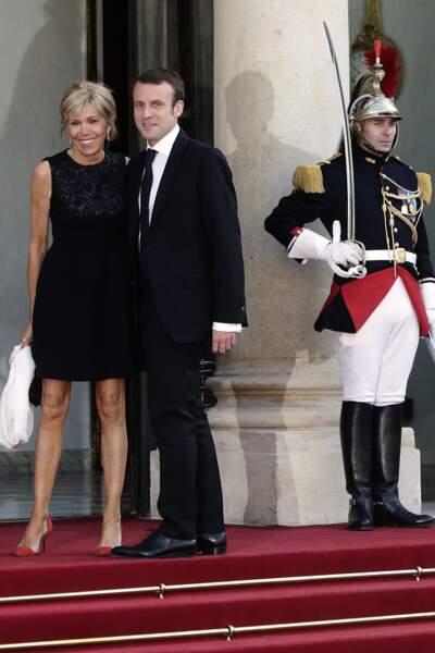 Brigitte Macron tout sourire au côté de son homme d'Etat
