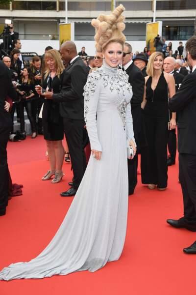 Elena Lenskaya toujours aussi excentrique sur le tapis rouge