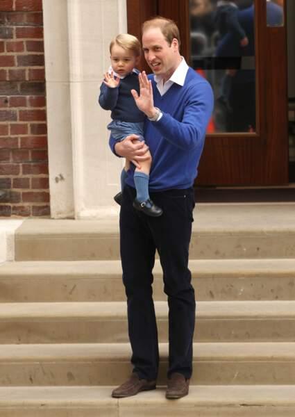"""Anniversaire du Prince George - À presque 2 ans, George maîtrise parfaitement le royal """"coucou de la main"""""""
