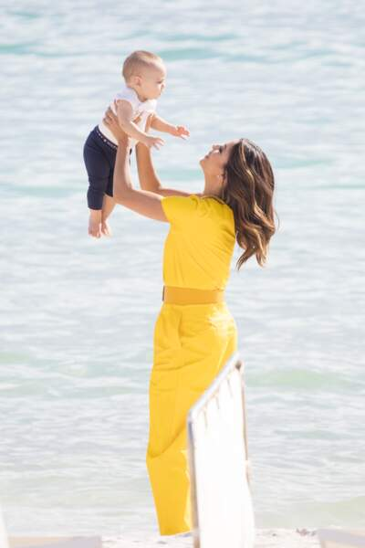 Cannes 2019 : Eva Longoria et son fils Santi à la plage