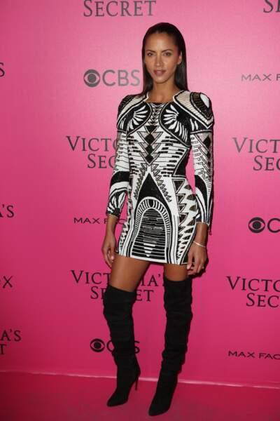 Défilé Victoria's Secret : Noémie Lenoir en robe Balmain et cuissardes