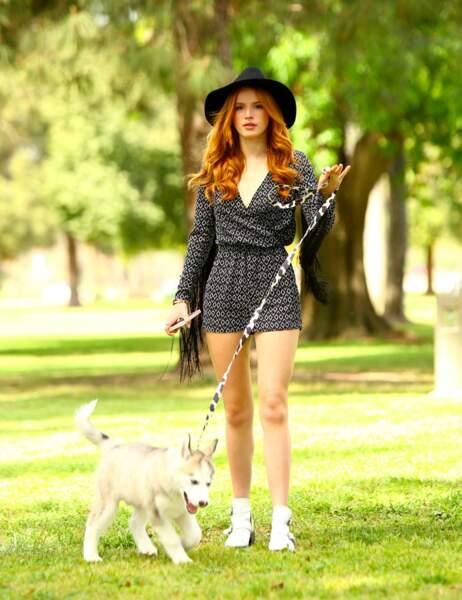 Mini combi et maxi chapeau pour Bella Thorne !