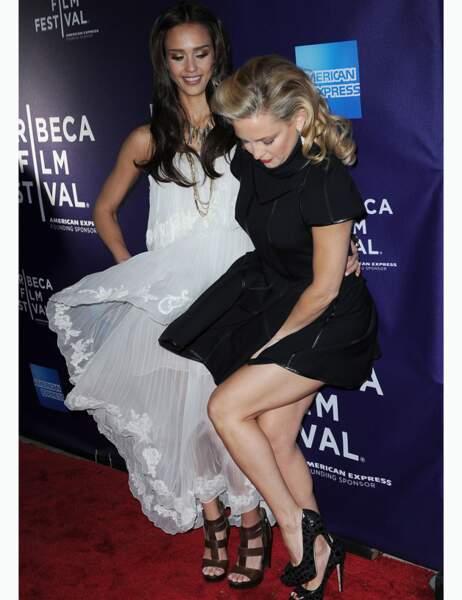 Kate Hudson retient sa robe, sous le regard amusé de Jessica Alba