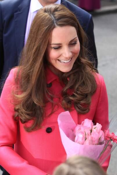 C'est avec le sourire que la duchesse de Cambridge reçoit des fleurs assorties à son manteau