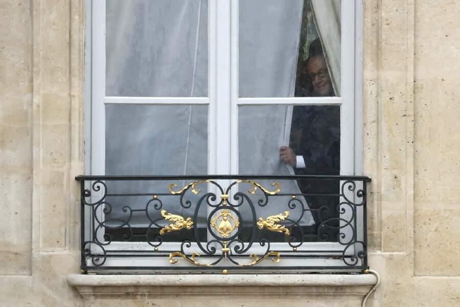 François Hollande regarde par la fenêtre