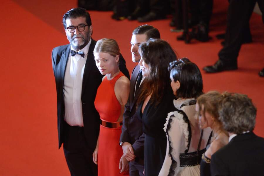"""L'équipe du film """"La danseuse"""" pose devant les photographes"""