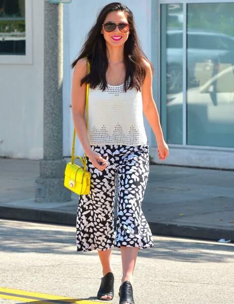 Leçon de style par Olivia Munn, qui pimente sa tenue avec un sac à main jaune fluo