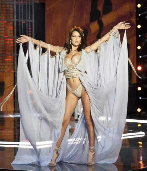 Telle une déesse grecque, Bella Hadid a fait une apparition très remarquée