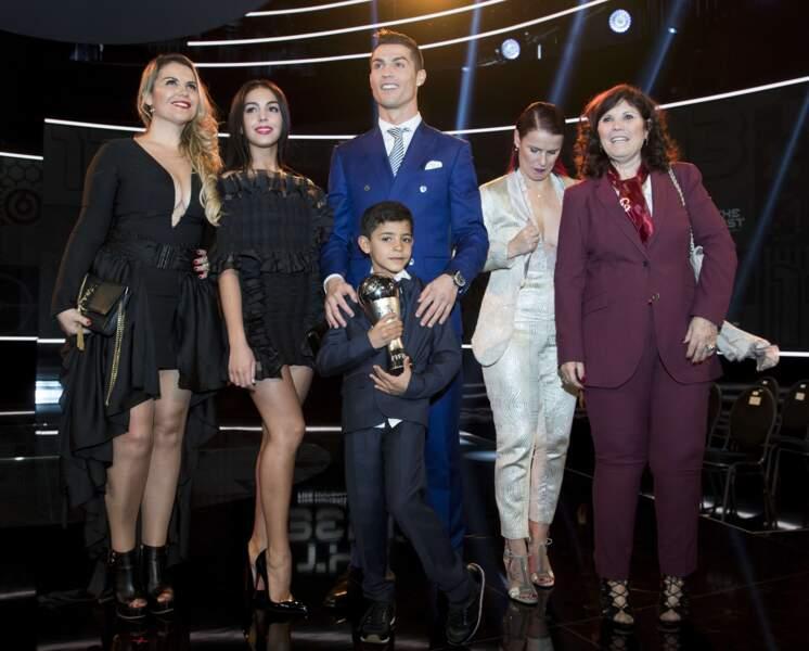 Prix FIFA : Cristiano Ronaldo entourée de sa mère, sa soeur, sa tante, sa chérie et son fils