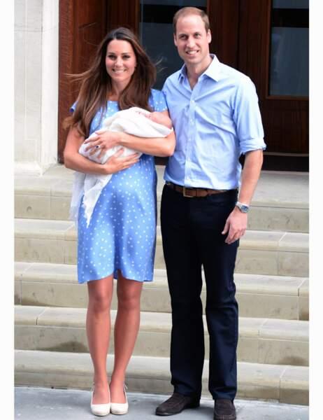 ... et le 23 juillet 2013, le lendemain de sa naissance, ils présentent au monde leur petit prince George