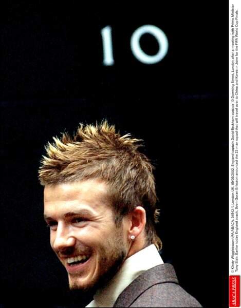 """David Beckham en 2002: il lance le look """"crète chic"""", avec sa coupe de punk, son costume (et une bo moins abusée)"""