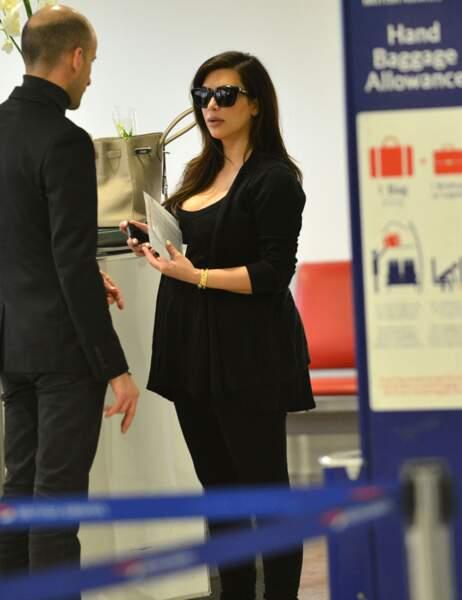 Kim Kardashian a un petit brin de muguet dans son sac