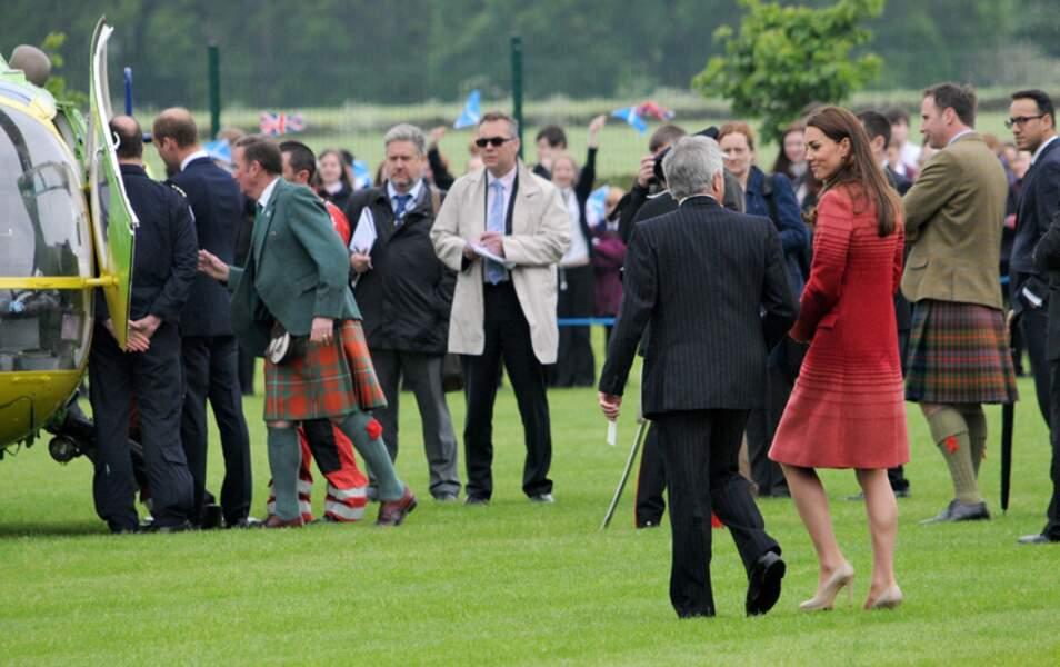 Au cours de la visite, le prince William semble étrangement intéressé par cet hélicoptère de secours...