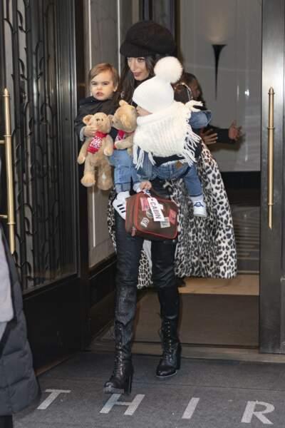 Amal Clooney photographiée avec ses jumeaux Alexander et Ella